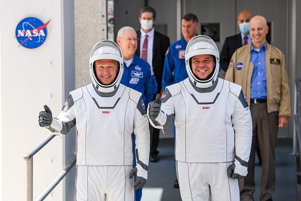 Doug Hurley and Bob Behnken giving a thumbs up in Fernandez' new space suits before boarding